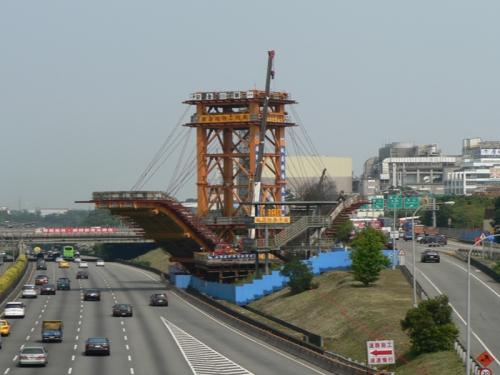 CE02標(跨越高速公路V型斜撐)